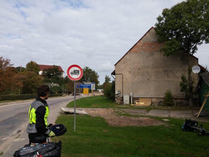 Route goudronnée de village en Lettonie