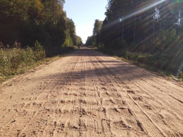 Route sablonneuse en tôle ondulée en Lettonie sur l'Eurovelo 13