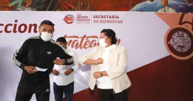 Karina Pérez Popoca entrega apoyos a entrenadores deportivos