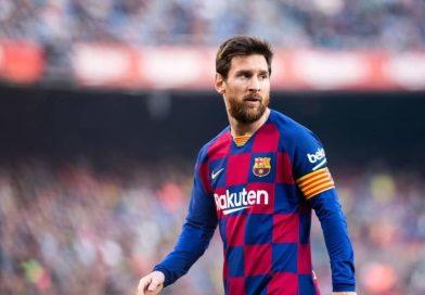 Messi intenta agredir al árbitro del partido con un pelotazo