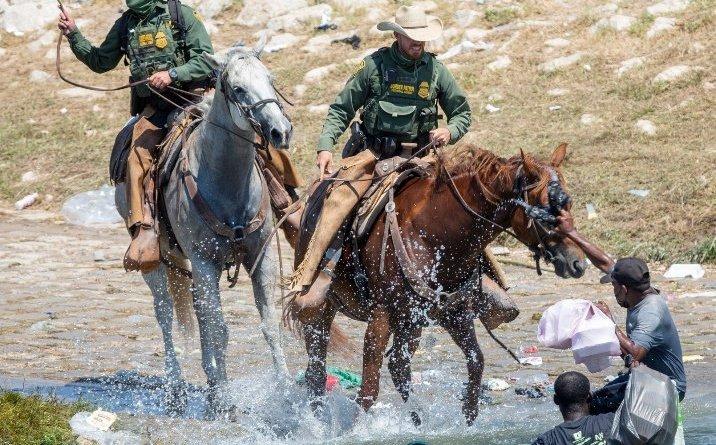 Estados Unidos suspende el uso de agentes a caballo en la frontera con México