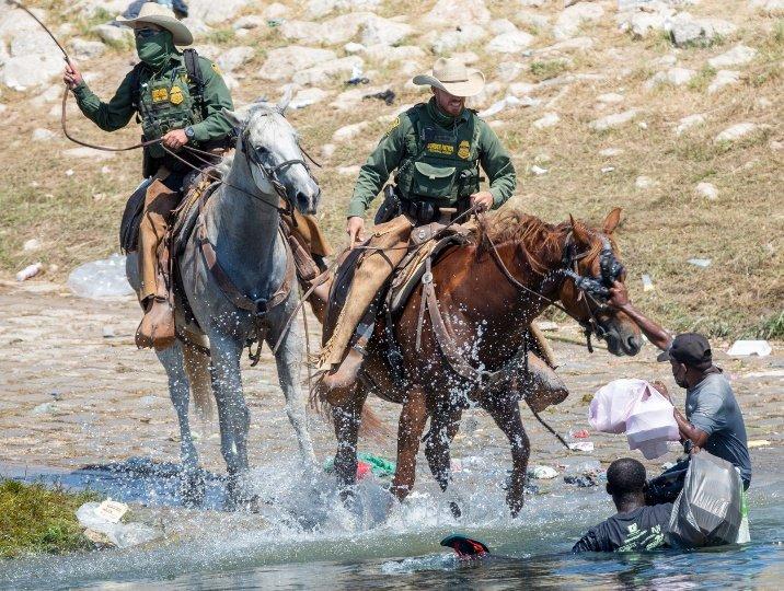 EE. UU investigará a los agentes fronterizos que persiguieron a migrantes  haitianos en Texas | En Vivo Mx