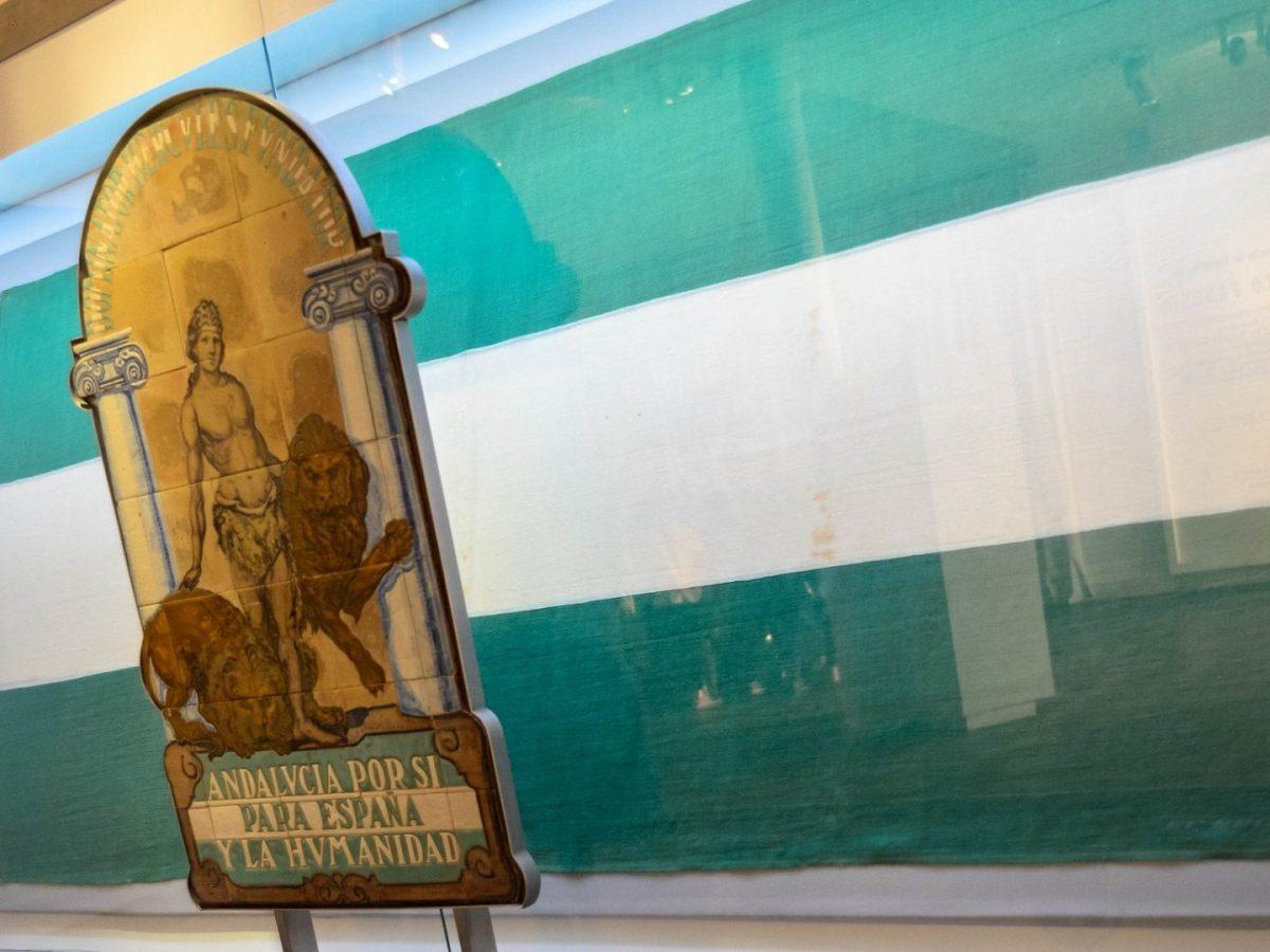 Bandera y escudo de Andalucía en el Museo de la Autonomía