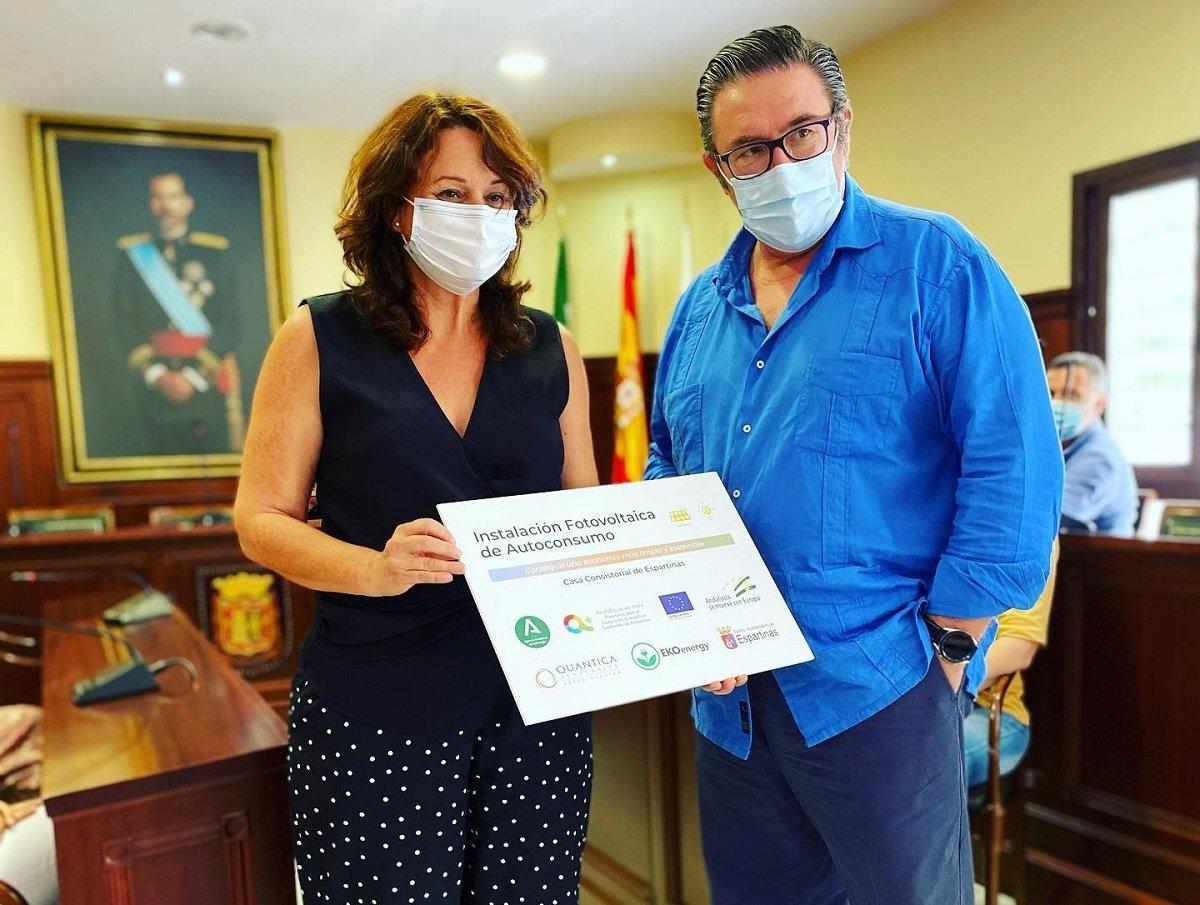 Cristina Los Arcos y José Antonio Muñoz Rangel en la entrega de las placas acreditativas de QUANTICA con la eco etiqueta EKOenergy
