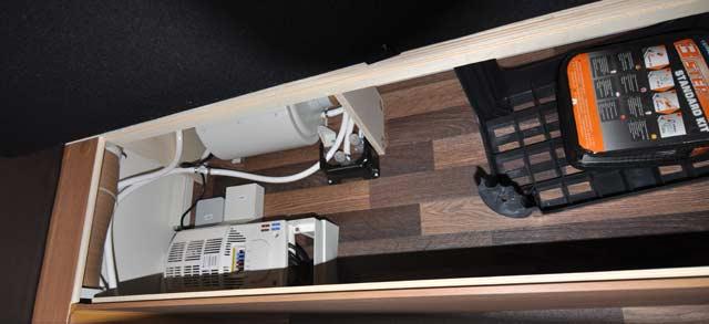 Transformador y calentador de agua en el tambucho delantero derecho. Como es accesible desde el exterior es buen lugar para guardar el kit de reparación de pinchazos