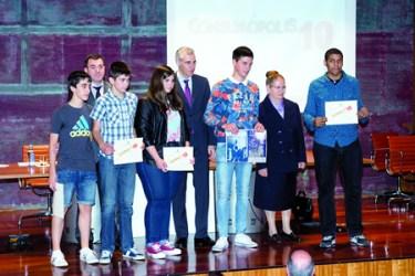 Os alumnos e alumnas do IES A Pinguela premiados no concurso Consumópolis, posan co conselleiro de Economía e Industria, Francisco Conde. (Foto cedida).