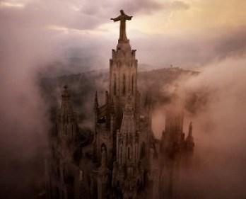 Imagen aérea del Templo Expiatorio dedicado al Corazón de Jesús en Montmartre, precursor del Templo Expiatorio del Tibidabo.