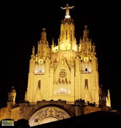 Imagen nocturna del Templo, cuya iluminación permite ver el lugar desde la propia ciudad de Barcelona y municipios circundantes en la noche. Imagen nocturna del Templo, cuya iluminación permite ver el lugar desde la propia ciudad de Barcelona y municipios circundantes en la noche.