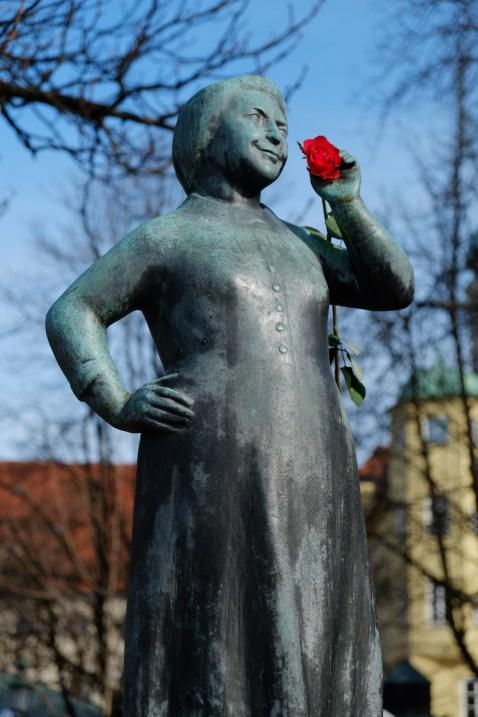 Liesl-Karlstadt-Brunnen auf dem Viktualienmarkt mit Rose