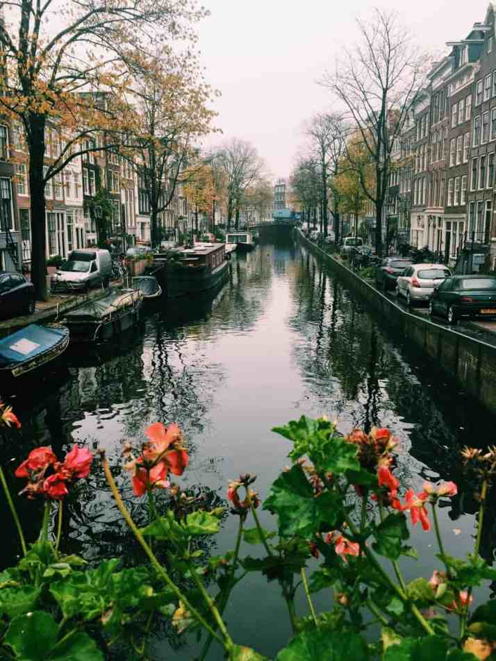 Looking out over the Amsterdam canals on a cold November day. The cheapest hotel for an instagram- and eco-friendly stay in Amsterdam: Ecomama Hotel Amsterdam is cozy, sustainable and made my time in Amsterdam special.