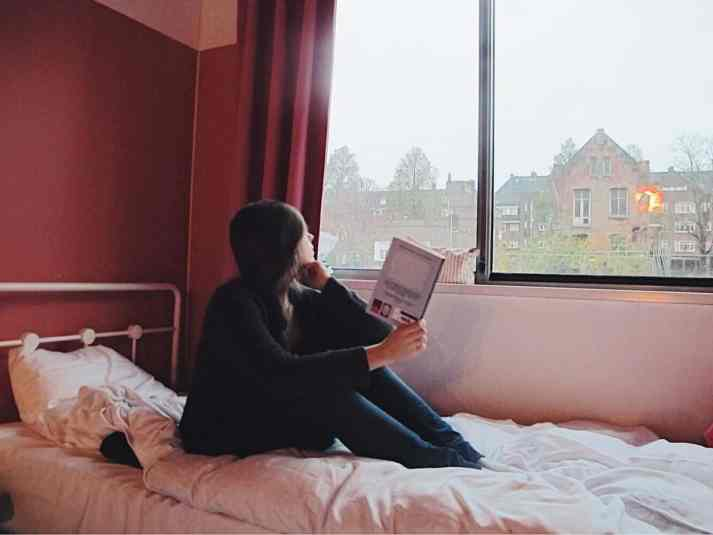 Enjoying my cozy and sustainable stay in Amsterdam with a good book in my all girls dorm room. The cheapest hotel for an instagram- and eco-friendly stay in Amsterdam: Ecomama Hotel Amsterdam is cozy, sustainable and made my time in Amsterdam special.
