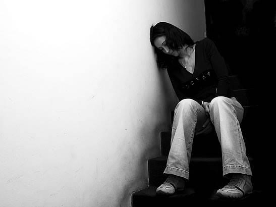 mujer deprimida endometriosis y efectos psicológicos