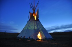 tipi-am-abend-tipi-camp-browning-montana-usa