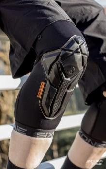 Puisque particulièrement fines, il est possible de «vriller» les 661 Recon L en ne prêtant pas attention au positionnement des bandes élastiques. Dans ce cas, il se peut que la mousse de protection passe légèrement à gauche ou à droite de la rotule.