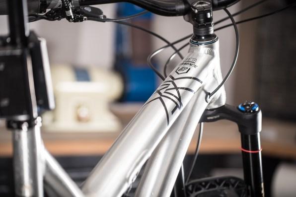 Pleins de petits détails donc, qui donnent le sentiment d'un vélo mieux fini, plus abouti. Prenant parti de pousser le développement plus loin, Commençal semble aussi être plus fier encore de ses produits. Fini les artworks compliqués.