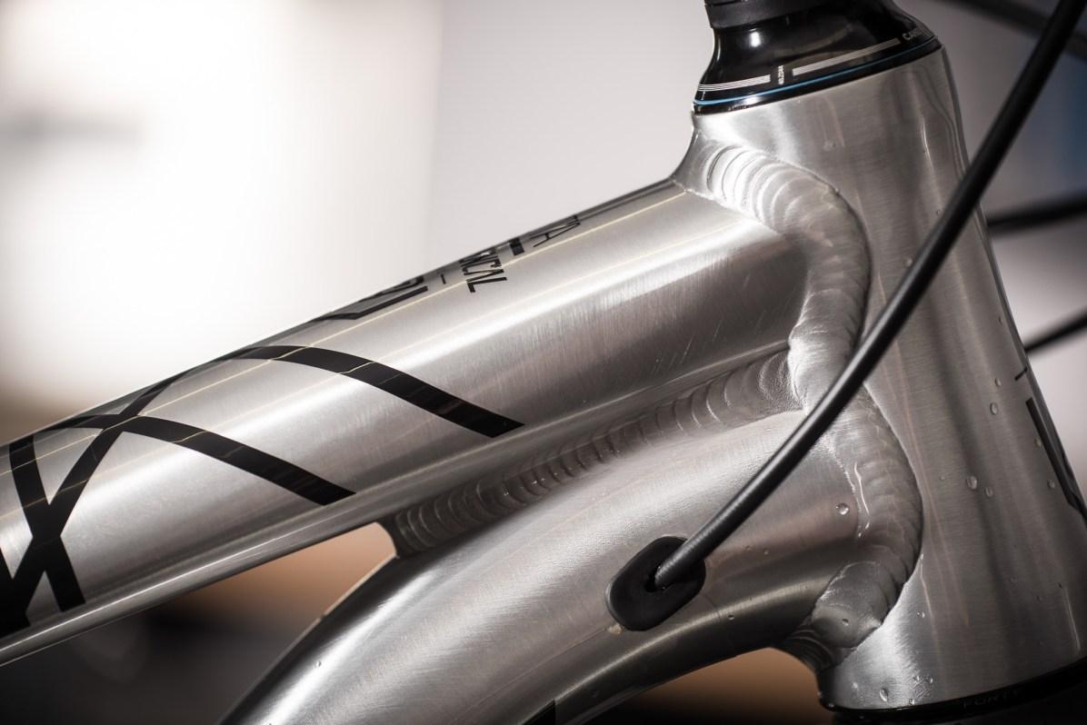 """L'aluminium n'a pas à rougir. Il reste un matériau noble... Et se montre sous son plus beau jour sous cette finition """"brushed"""" : brossée sous une simple couche de vernis, 200g de moins que la peinture habituelle. Un classique classe."""