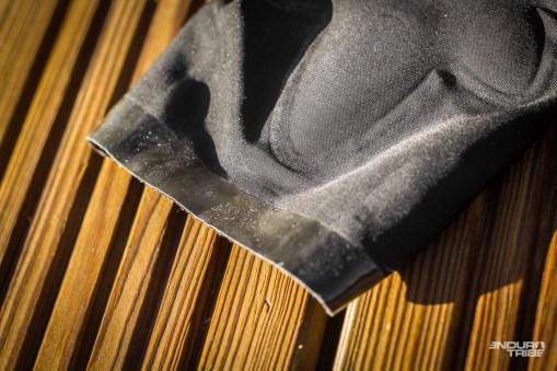 Pas de systèmede serrage donc, puisque le tissu élastique est là pour plaquer les deux bandes silicone antidérapantes placées de part et d'autres des embouchures.