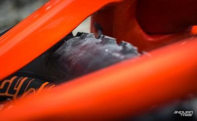 Essayé avec le Ardent en 2.25 de section, il semble par contre que le Orbea Occam AM M10 préfère les petits pneus arrière. Si l'on en crois l'espace encore disponible entre le pneu et la base gauche, l'option Maxxis Ardent 2.40 ne semble pas la meilleure des solutions…