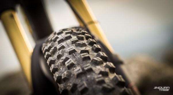 Les pneus enfin. Les Schwabe Hans Danpf carcasses Snakeskin TLE se destinent à une pratique Trail & All Mountain.