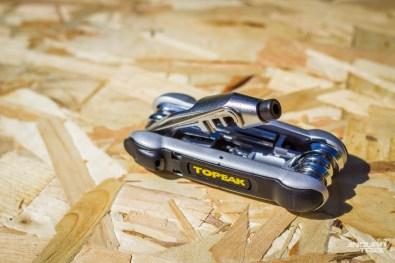 En matière d'outillage, rien ne remplace le multi-outil. À lui seul, cet ustensile mériterait un dossier complet, tant de fonctions et d'options existent… Il faut veiller, en premier lieu, à ce qu'il comporte les clés phares du vélo… Dont les torx T25 des disques, dérailleurs et leviers de freins/vitesse, ou encore les embouts allen de 8 et 10mm utiles à certaines pédales et certains pédaliers !