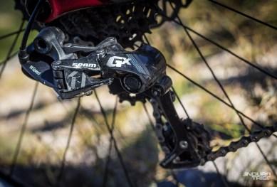 À l'image des roues et des pneus essayés, la transmission Sram GX a pour elle d'être tolérante et souple. Qu'a-t-elle de moins que les Sram XO1 et XX1 plus haut de gamme ? Une précision et une réactivité inférieures. Effectivement, parfois, la chaîne gratte un instant avant de monter.