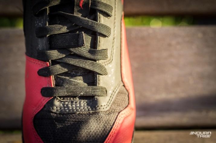 Transversal, régulier et au lacets plats, le laçage est particulièrement homogène et déjà très efficace sur le coup de pied, de la base des orteils à celle de la cheville.