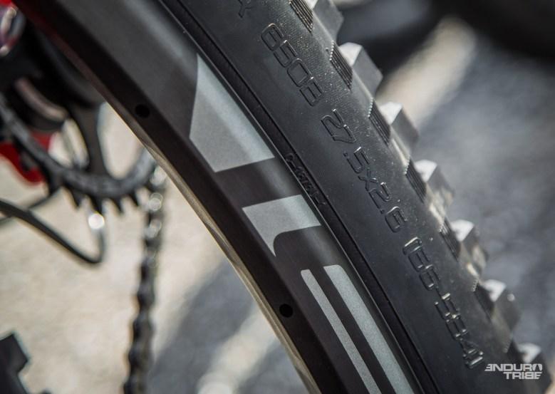 Pour 2017, elle propose donc des pneus pour les vélos en 650B... En section de 2.6 pouces !