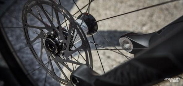 Un standard qui permet l'usage des coupelles d'ajustement à large surface d'appuis. Une solution technique simple et évidente pour maximiser le maintient et la précision de l'axe roue avant/fourche.