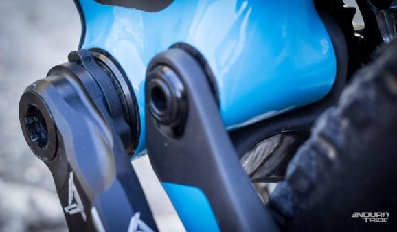 On pousse les détails jusqu'au bout avec un film de protection du carbone jusque dans le passage de roue des bases. Détail qui va bien pour tenter de lutter contre les inévitables rayures des sorties boueuses à venir...