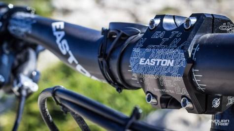 Si la marque fait confiance à Renthal pour équiper ses pilotes, Easton est au rendez-vous du poste de pilotage de ce modèle de série. Potence en alu massif et cintre carbone en 35mm de diamètre promettent un certain répondant…