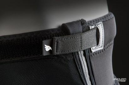 Comme le revêtement Kevlar sur les pads, ou ici, le zip latéral et les straps uniquement disponibles sur les genouillères Bluegrass Solid D3O.