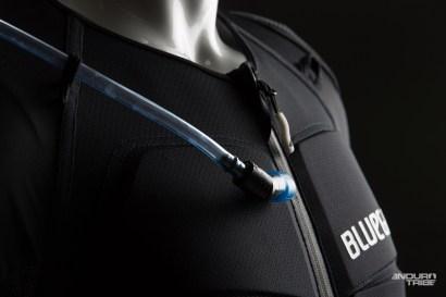 C'est cette dernière qui comporte des poches, des manches, des protections d'épaule inamovibles, et la compatibilité poche eau...