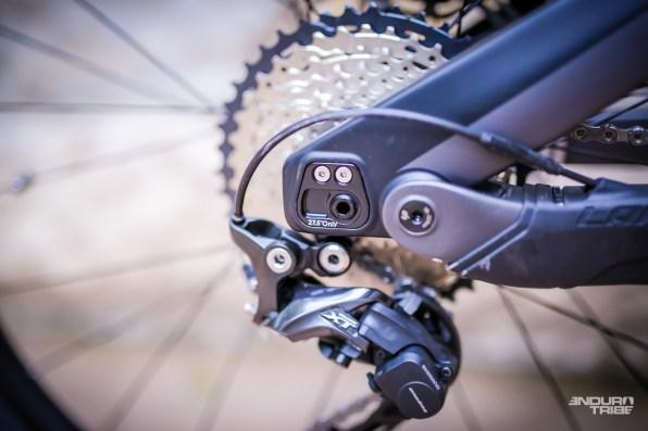 Grâce aux pattes de roues réversibles, tous les modèles Lapierre Overvolt AM Carbon sont compatibles +. Il suffit de les retourner pour gagner le centimètre de diamètre nécessaire au passage des gros pneus. Sur les Lapierre Overvolt AM Alloy et XC, il faut investir dans d'autres pattes, disponibles au détail.