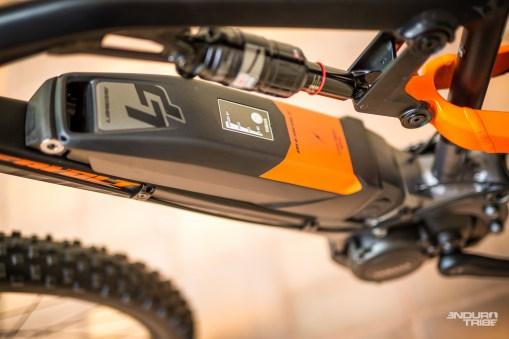 Sur le tube oblique, la masse de la batterie est relativement éloignée du centre de gravité du vélo. Ainsi positionnée en hauteur, elle peut être tenue responsable d'une certaine lourdeur à l'usage.