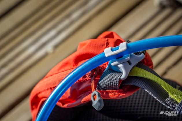 Un crochet à glissière aimantée permet de tenir le tuyau en place sur la face avant. Dommage que la glissière soit à l'horizontale > il faut faire glisser le tuyau pour donner le mou nécessaire au décrochage.