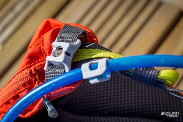Vertical, ouverture vers le haut, serait plus judicieux pour éviter de toucher au réglage de « tension du tuyau» qui permet de bien le plaquer contre le reste de la ceinture.