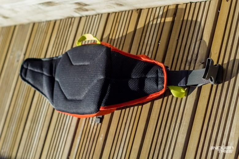 En guise de base, une large ceinture de 38mm, une partie d'appuis rembourrée et une boucle, de fermeture/serrage, ventrale.