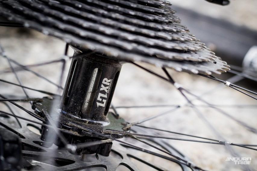 HXR propose un moyeu, disponible en 135x9, 135x12, 142x12 et, via le kit adaptateur de la marque, en boost 148x12. Dans tous les cas, le moyeu est livré roue libre « bloquée.»