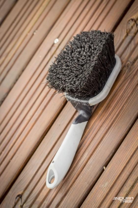 La plus grosse, aux poils doux, souples et denses fait la plus grande partie du travail.
