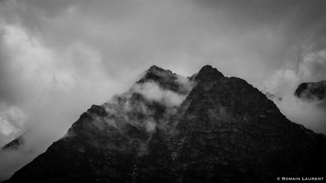 Le brouillard commence à se dégager et laisse apparaître les premiers reliefs alentours…