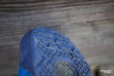 Seule marque de fatigue apparue très proche de la fin de l'essai, la gomme de la semelle commence à s'entailler à l'avant, au pied d'un crampon. Ailleurs, la gomme s'use par très fines lamelle, et reste très intègre.