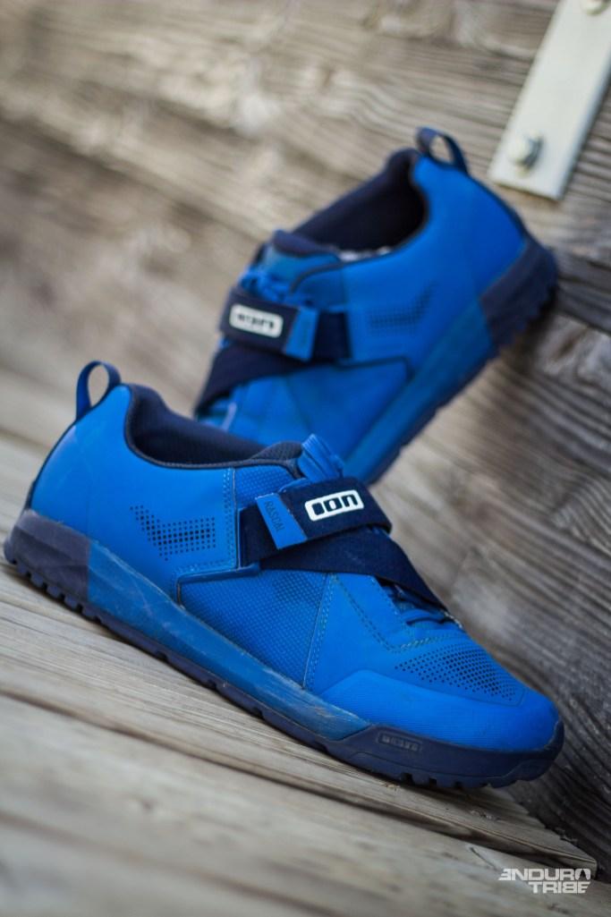 Le profil des Ion Rascal est véritablement hybride. Sur un profil de sneaker légèrement rétro, elles sont suffisamment fines pour coller à la tendance All mountain, et suffisamment pourvues pour coller à un usage Enduro, montagne et Bike park.