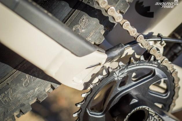 Une fixation accueille la gaine du dérailleur avant qu'elle ne s'échappe à l'intérieur de la base, à l'abri des impacts de chaîne. Bien pensé !