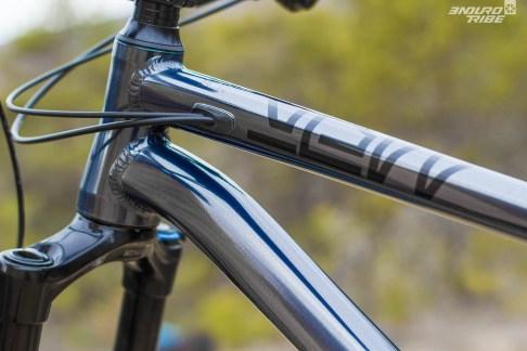 Sobriété et travail sur les profils des tubes caractérisent le triangle avant. Les tubes supérieurs et obliques sont particulièrement ambigus à ce propos. Ils paraissent parfois massifs, parfois fins, en fonction de l'angle de vue. Une impression qui se répercute sur la perception que l'on a de l'ensemble du vélo.