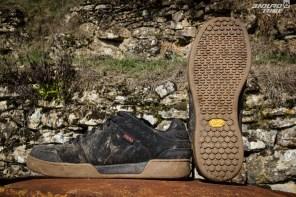 Les Giro Jacket utilise une semelle Vibram, éprouvée et réputée dans différents sports outdoor. Elle fait aussi bonne figure en VTT. Ses petits crampons mobiles et sa gomme assez tendre lui permettent d'accepter tous les types de picots. Confortable, visuellement bien construite, semelle ni trop rigide ni trop souple en font une valeur sûre et polyvalente. 812g en 43
