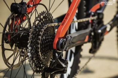 À l'arrière, la suspension reprend le principe du 4 bar linkage à Split Pivot : articulation bases et haubans concentrique à l'axe de la roue arrière. Même débattement à la roue : 165mm.
