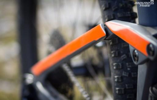 Orange flash pour égayer le gris. A noter la pointe en haut du hauban qui peut accrocher le short par moment ! Peu commun et peu rassurant aussi...