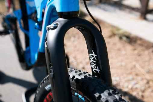 """Annoncée comme compatible avec tous les formats de roues : 29""""/27,5+ pour des vélos allant de 110 à 150mm de débattement et 27,5"""" de 130 à 150mm. Elle accepte aussi des pneus jusqu'à 29x2.6 et 27,5x2.8."""