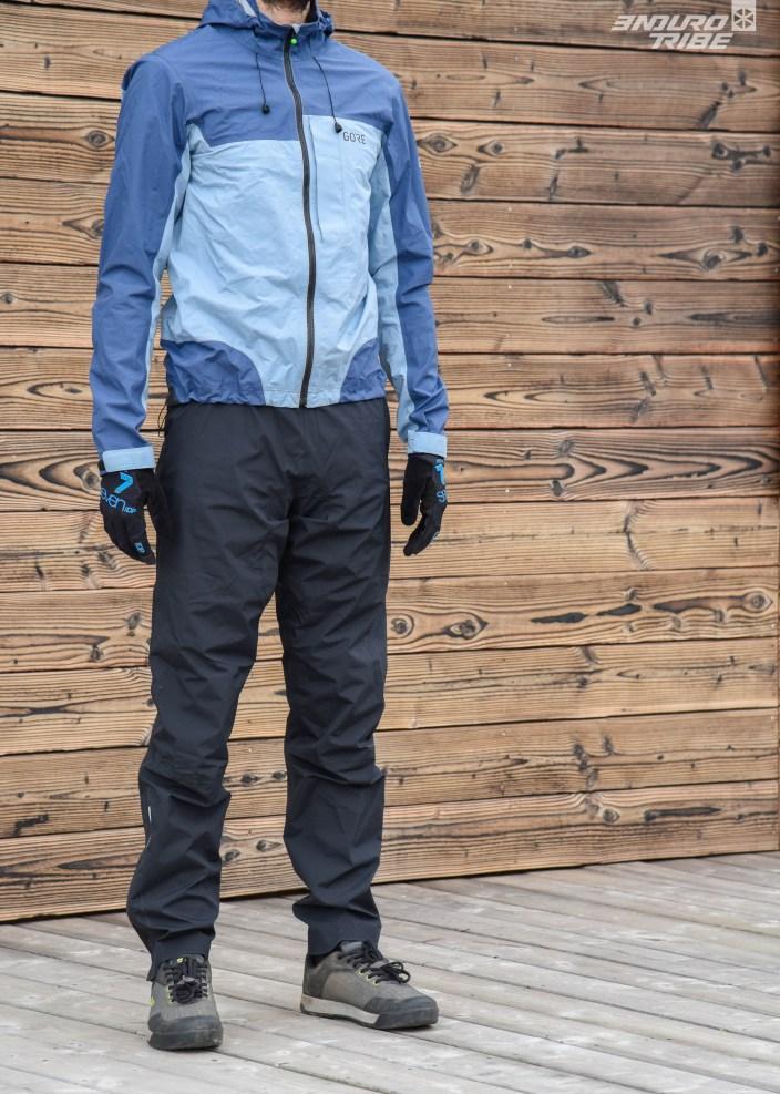 Ample, large, ce n'est tout de même pas un baggy. Par dessus un short ou un pantalon, bien qu'il ne soit absolument pas extensible, il ne vient pas limiter les mouvements de la première couche. Taille M