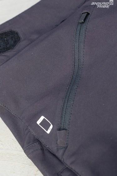 """Un """"téléphone"""" indique la présence à l'intérieur de la poche droite d'une seconde poche moussée pour accueillir un téléphone. Bien vu ! Dommage qu'elle ait tendance à amener le téléphone dans l'aine, à l'intérieur de la cuisse. Désagréable à mon goût !"""